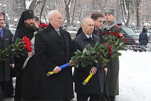 Охрана Азарова не пустила чернобыльцев к памятнику