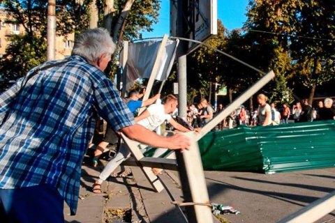 Протестующие снесли забор вокруг уничтоженного застройщиком парка в Запорожье