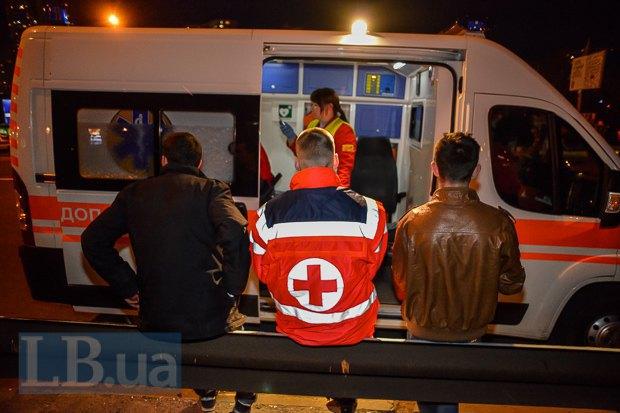 Волонтеры медики оказали помощь 10 людям. Неофициально медики подтвердили 7 ранений из оружия.