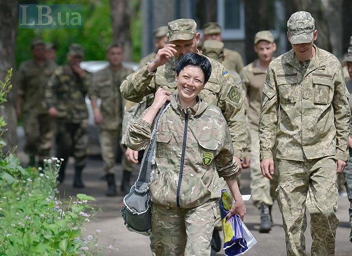 Ирина ведет военных на осмотр в Новоайдаровскую райбольницу, июнь, 2016