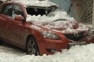 В Киева глыба снега раздавила автомобиль