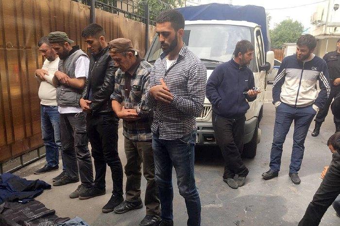 Активисты совершают намаз на территории ОВД