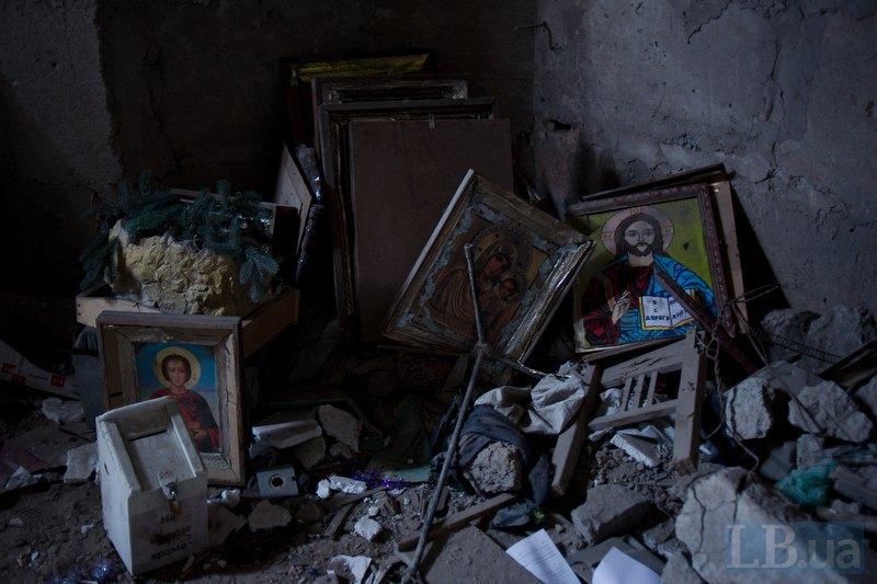 Зруйнована церква села Піски. Добровольці Правого Сектора знесли ікони в підвал, щоб вберегти їх від обстрілів