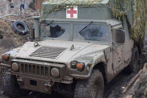На Донбассе из-за обстрела санитарного автомобиля погиб военный и медик (обновлено)
