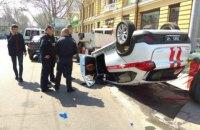 У центрі Одеси після зіткнення з позашляховиком перевернулося авто ДСНС
