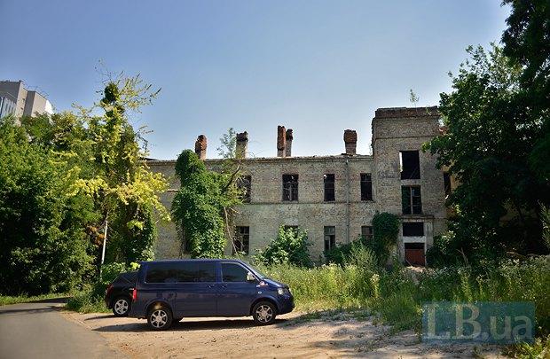 Полуразрушенный корпус возле Института Громашевского