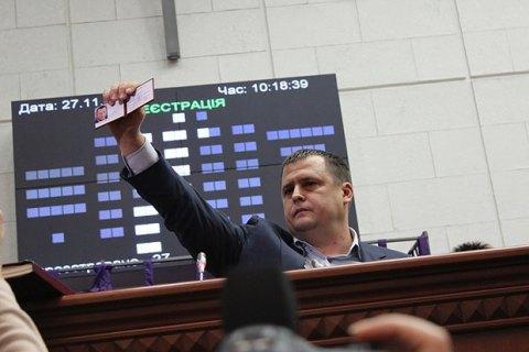 Депутат міськради передав меру Дніпропетровська Філатову пакет картоплі
