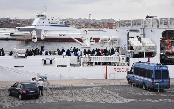 Мигранты на борту итальянского корабля береговой охраны в порту Катании, 21 августа 2018