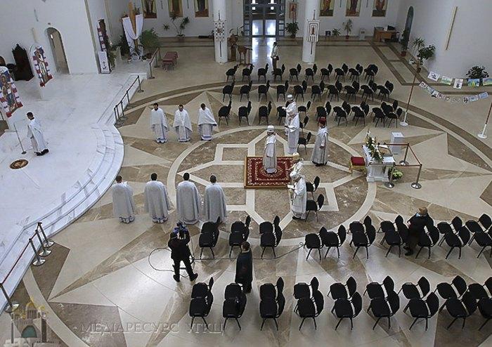 Богослужение в храме УКГЦ без прихожан во время карантина у Киеве