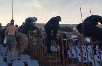 В матче Первой лиги произошла массовая драка гостевых ультрас с полицией