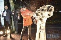 У Києві до Міжнародного дня боротьби з насиллям розбили гігантську льодову скульптуру-кулак