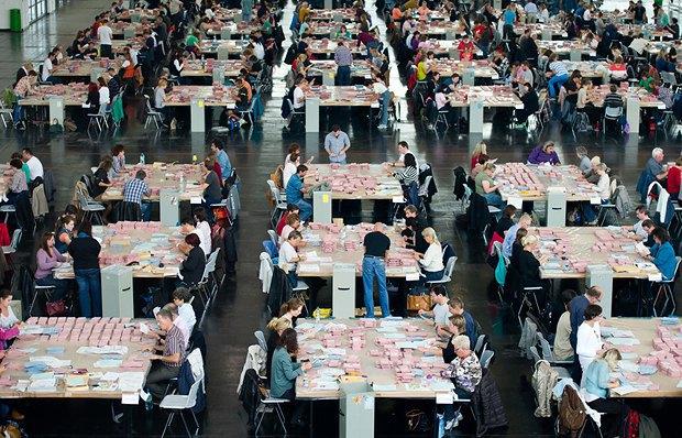 Сортування листів з бюлетенями, які відправлені поштою, на виборчій дільниці