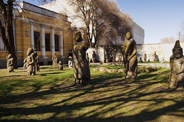 Кам'яні баби у дворі Дніпропетровського історичного музею