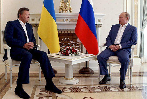 Владимир Путин (справа) общается с Виктором Януковичем скорее по инерции