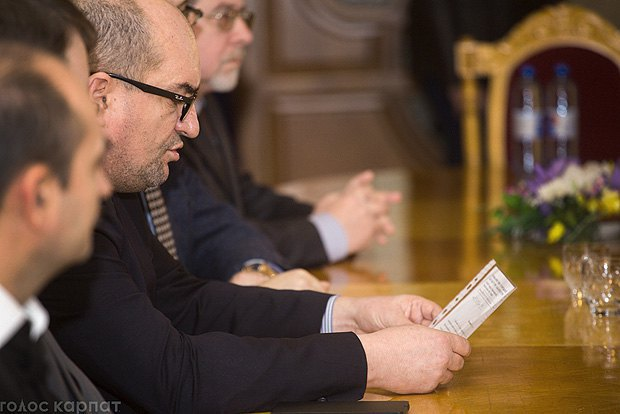 Брензович зачитывает обращение представителей национальных меньшинств Закарпатья