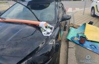 В Киеве парень прыгал по припаркованным машинам ради записи в блог