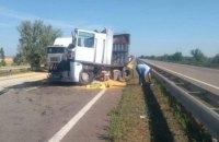 На трасі Одеса-Київ фура збила водія зерновоза, коли той міняв пробите колесо