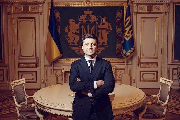 Президент Зеленский на фоні великого Державного Герба України