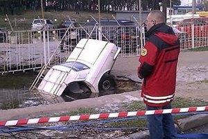 В Киеве под землю провалилась маршрутка, а потом и легковушка