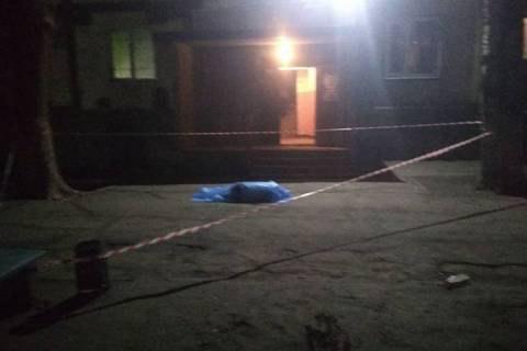 В Запорожье мужчина упал с 8 этажа на маленького ребенка, оба погибли
