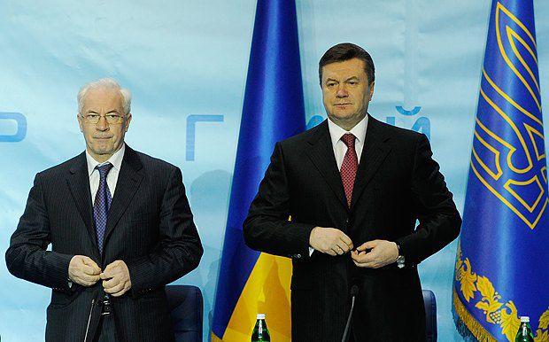 Виктор Янукович - несмотря на скопившуюся взаимную усталость и недовольство - не спешит прощаться с премьером Азаровым