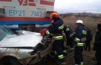 В Донецкой области легковой автомобиль попал под электричку, водитель погиб