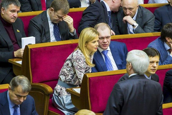 Татьяна Донец и Денис Дзензерский в парламенте сидят вместе.