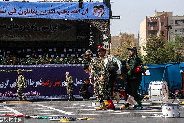 Постадавшие в результате нападения на военный парад в Ахвазе на юго-западе Ирана.