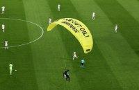 Перед матчем Євро-2020 активіст Greenpeace несанкціоновано спустився на парашуті в чашу стадіону і травмував глядачів