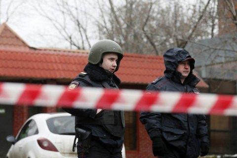 В Москве мужчина взял в заложники семью из трех человек