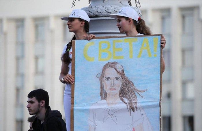Девушки с портретом Светланы Тихановской во время митинга в Минске