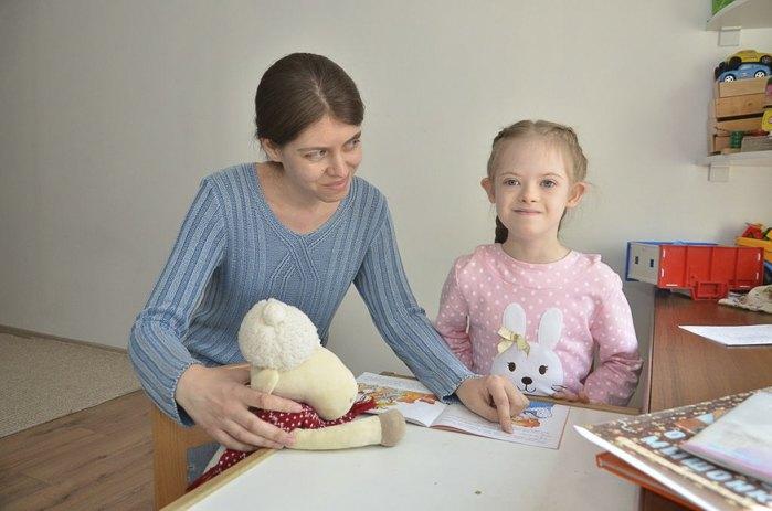 Марія Унтіна з донькою Катею. Дівчинка з синдромом Дауна ходить в перший клас звичайної школи. Мама самостійно займається розвитком доньки, стежить за дієтою і підбирає методики корекції.