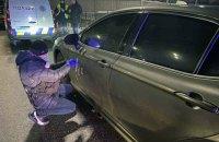 В Киеве обстреляли из автомата автомобиль, подозреваемых задержали
