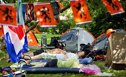 Голландські вболівальники відпочивають у кемпінгу в Харкові