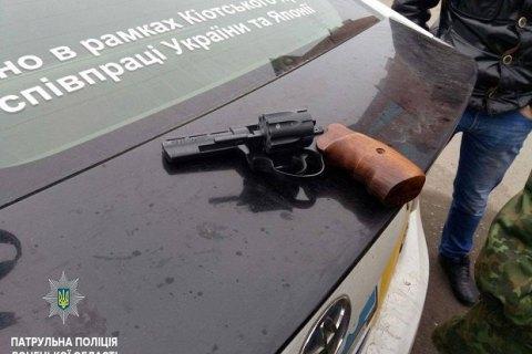 Жительница Мариуполя открыла стрельбу по окнам жилого дома
