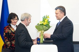 Янукович раздал по 260 тысяч лауреатам Шевченковской премии