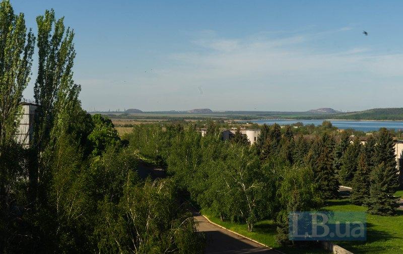 З вікна готелю Донбас видно окуповані терикони