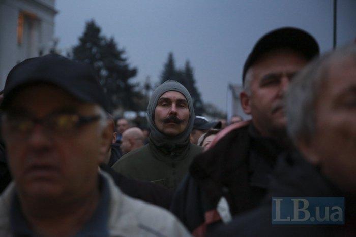 Митингующие уРады выдвинули Порошенко ультиматум— внести впарламент закон обимпичменте