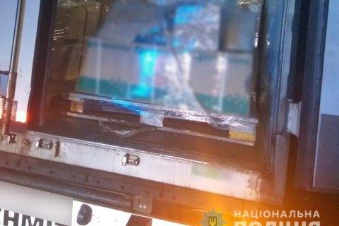 У Черкаській області затримали банду, яка під час руху викрадала вантажі з фур