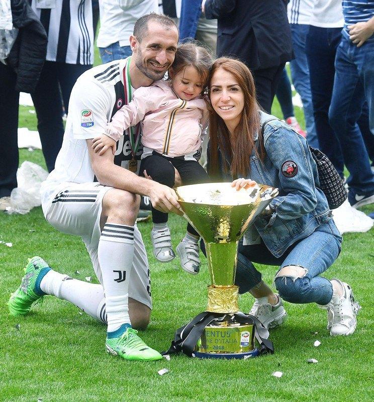 Кьеллини со своей женой Каролиной Бонисталли и дочкой