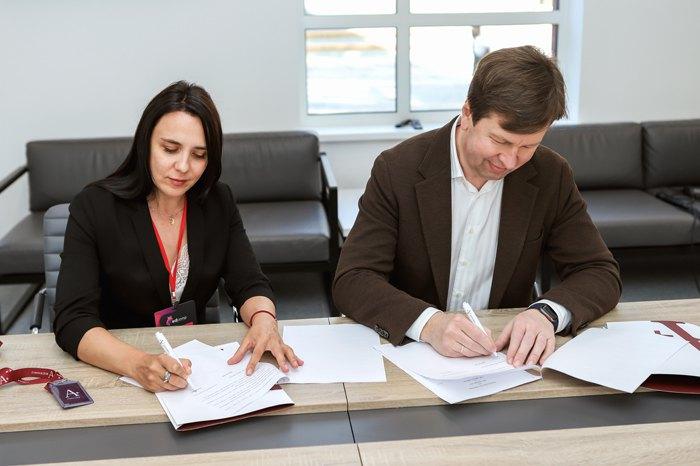 Директор образовательной сети Гимназии А+ Татьяна Курмаз и президент группы компаний EVEREST Юрий Чубатюк
