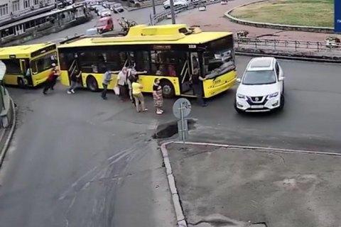 У Києві пасажири штовхали тролейбус, що зламався, і в'їхали у позашляховик