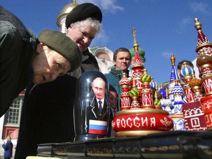Женщины рассматривают матрешку с изображением Путина, Москва, 13 марта 2004