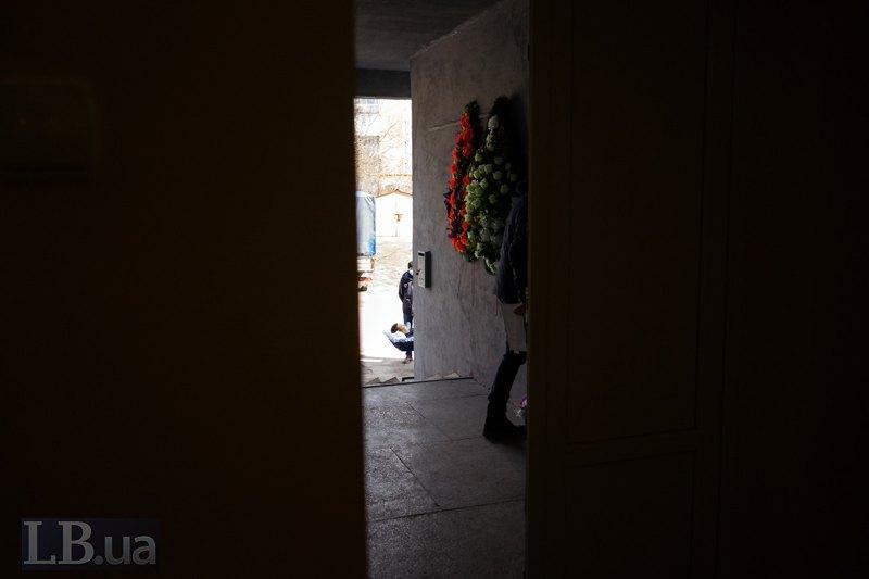 З коридору видно, як готують до відспівування померлого.