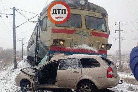 """Под Киевом поезд протаранил автомобиль, который пытался """"проскочить"""" переезд на красный свет"""