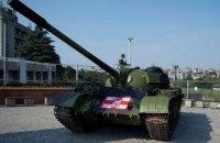 Перед матчем плей-офф Лиги Чемпионов фанаты припарковали перед стадионом танк