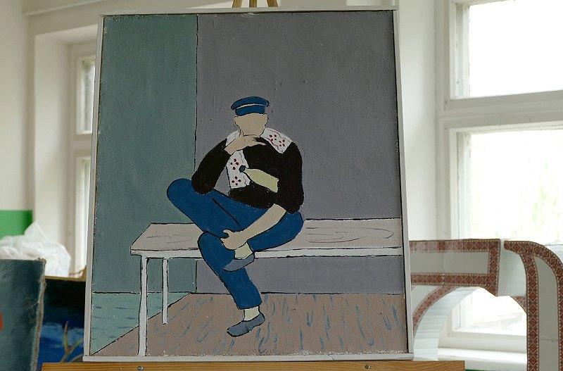 <i>Николай рисует человека, сидящего на лавке, закинувшего одну ногу, подпирающего подбородок. Под мышкой - бутылка, на шее – полотенце. Голые стены. У человека нет лица.</i>