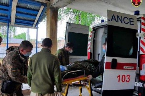 Из Харькова самолетом эвакуировали в Киев трех раненых и двух больных военных
