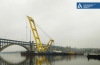 Плавучий кран б'є рекорди під час будівництва запорізького мосту