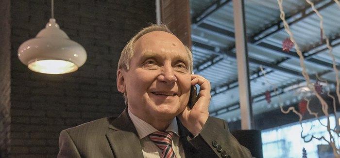 Козловскому звонят друзья и поздравляют его с возвращением на свободу, а он пытается найти время,чтобы встретиться с каждым из них